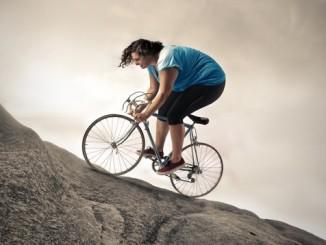 mujer-sobrepeso-pedaleando-una-bicicleta