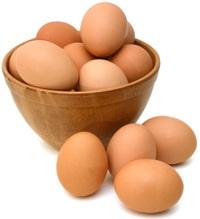 Un cuenco lleno de huevos marrones