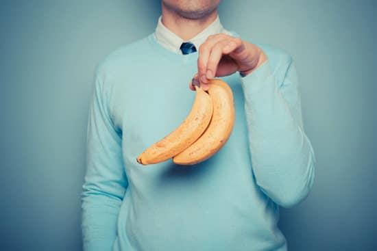 Un hombre sosteniendo bananas