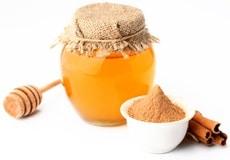 Una olla de miel y canela