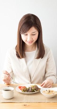 Mujer asiática comiendo una comida