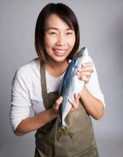 Mujer asiática, tenencia, pez, y, sonriente