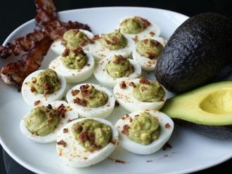 Huevos Rellenos de Aguacate con Tocino