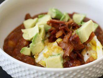 Chili de desayuno con tocino y huevo