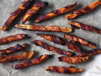 Patatas fritas envueltas en tocino