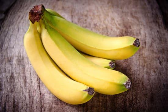 Plátanos en mesa de madera