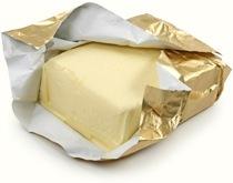 Bloque de mantequilla en papel de aluminio