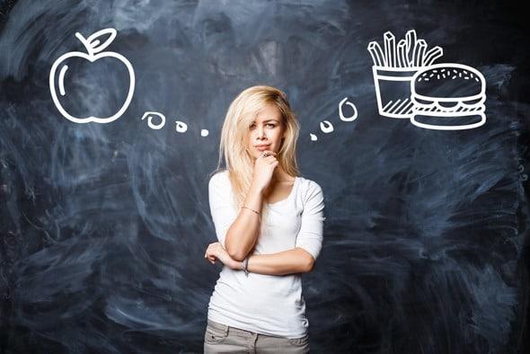Rubia pensando en alimentos saludables o no saludables