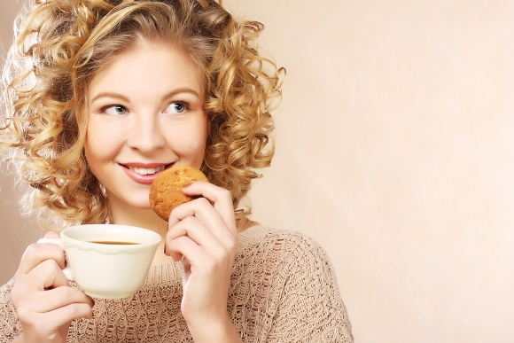 Mujer rubia pensando en café