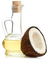 Botella de aceite de coco y medio coco