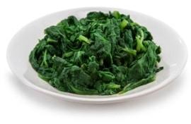 Cuenco de hojas de espinaca cocidas