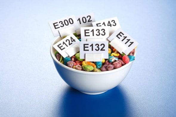 Tazón de fuente de números E y cereal inflado de color artificial