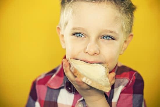Niño comiendo pan con mantequilla