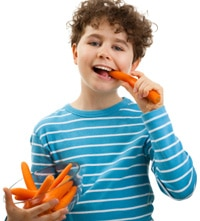 Niño comiendo zanahorias, más pequeñas