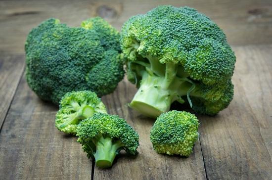 Brócoli en mesa de madera