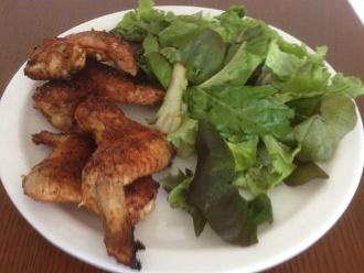 Alitas de pollo a la parrilla con ensalada al lado