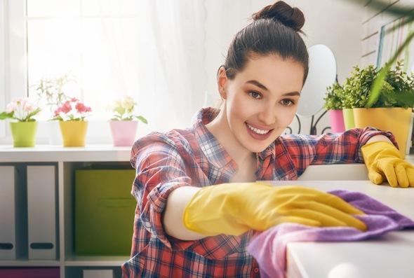 Morena limpiando su casa
