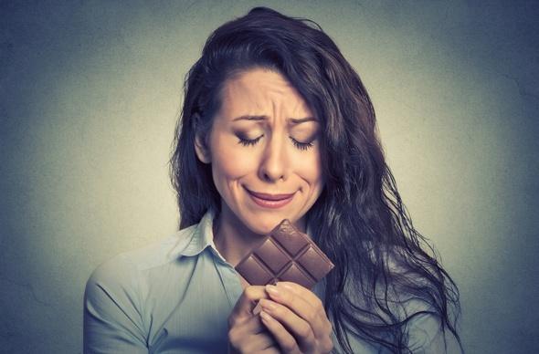 Morena llorando sobre una barra de chocolate