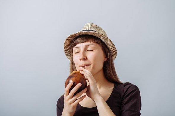 Morena bebiendo yerba mate