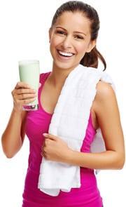 Morena sosteniendo un batido de proteínas y sonriendo