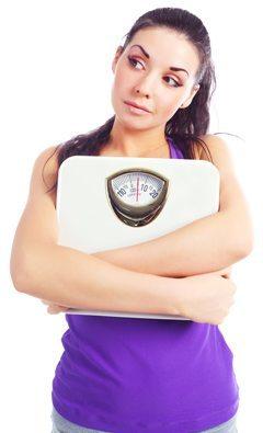 Morena sosteniendo escalas y preguntándose acerca de la pérdida de peso
