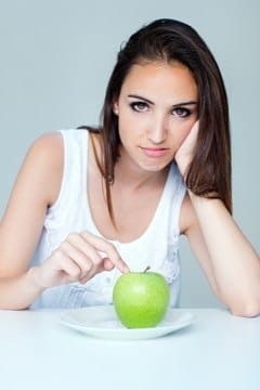 Morena con manzana en plato