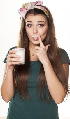 Morena con bebida de leche y bigote de leche