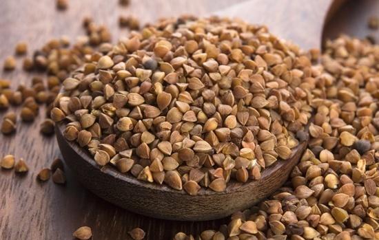 Semillas de trigo sarraceno en un tazón