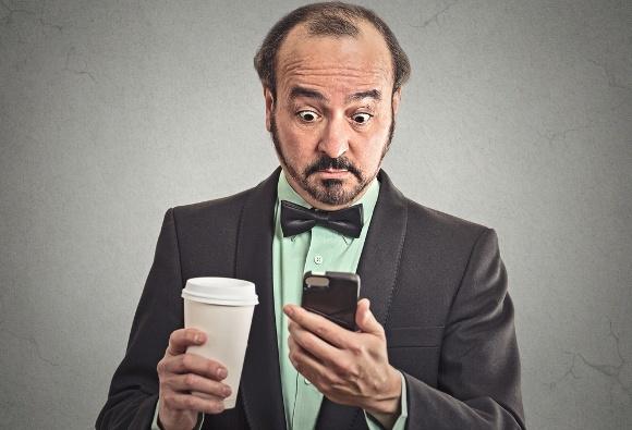 Hombre de negocios, bebida, café, mirar teléfono
