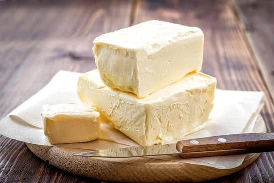 Mantequilla en un plato de madera