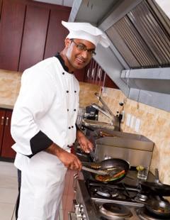 Chef cocinando en la cocina