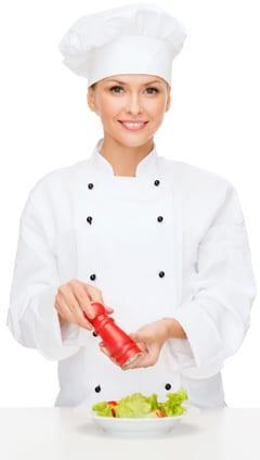 Chef sosteniendo un molinillo de sal