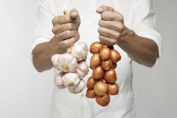 Chef sosteniendo ajo