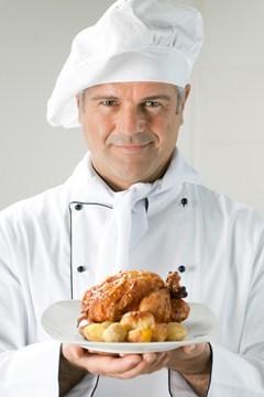 Plato de sujeción de chef con pollo y patatas