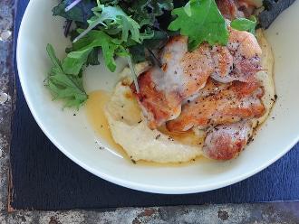 Pollo con Salsa de Piñones