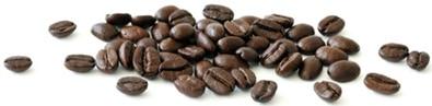 Granos de café esparcidos horizontalmente, más pequeños