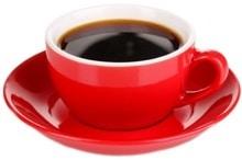 Café en una taza roja
