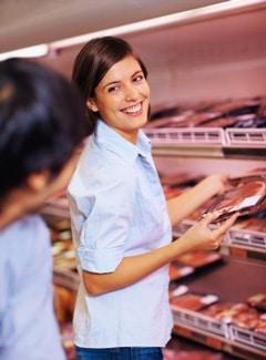 Pareja comprando carne en la tienda