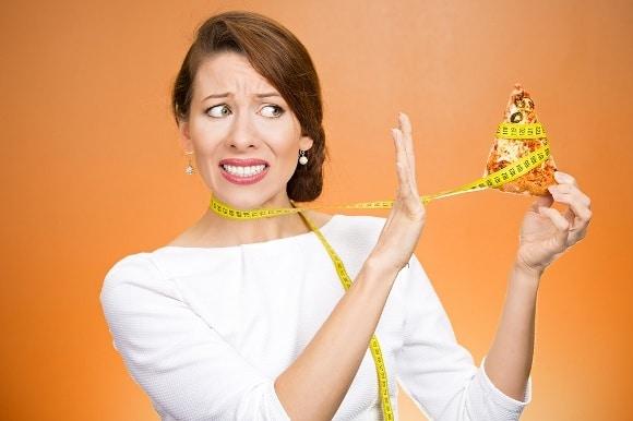 Mujer encogida diciendo no a la pizza