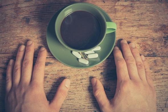 Taza de café y pastillas