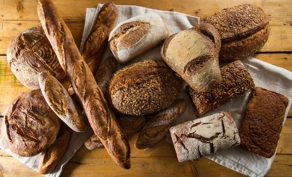 Diferentes panes, incluidos espelta y centeno
