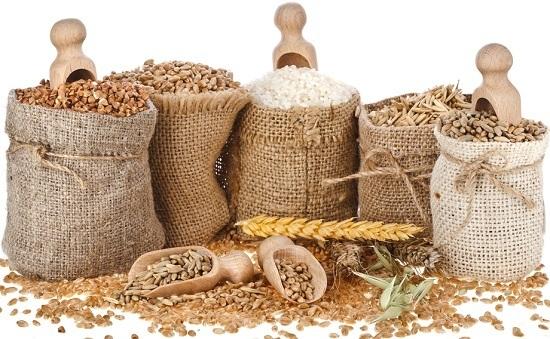 Diferentes tipos de granos en bolsas marrones