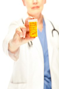 Doctor sosteniendo una caja de pastillas