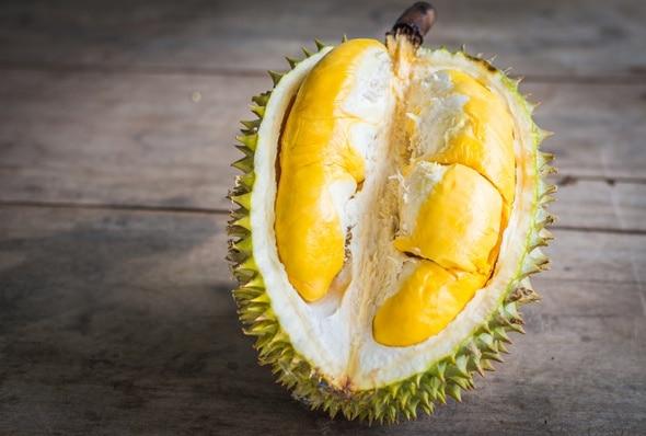 Durian en una mesa de madera