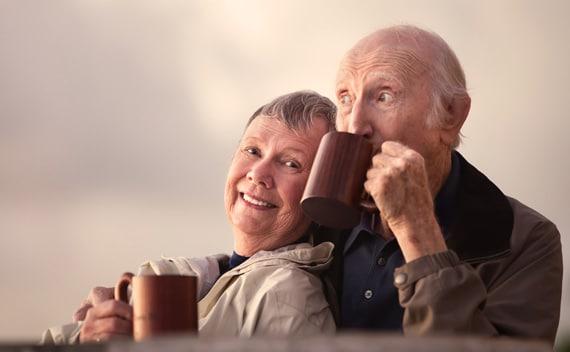 Pareja de ancianos fuera tomando café