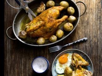 Famoso pollo asado con patatas y huevos