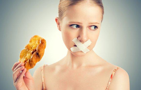 Dieter mujer con cinta adhesiva sobre la boca