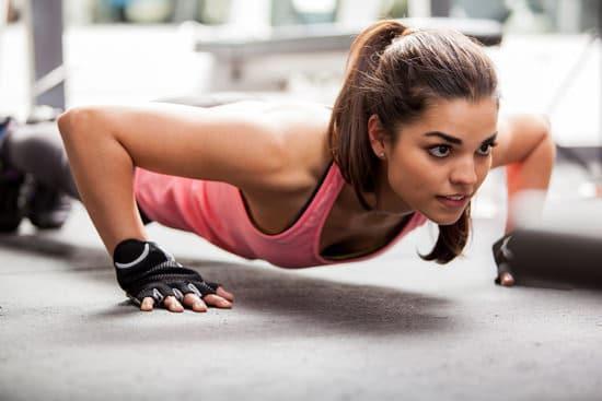 Colocar mujer haciendo flexiones