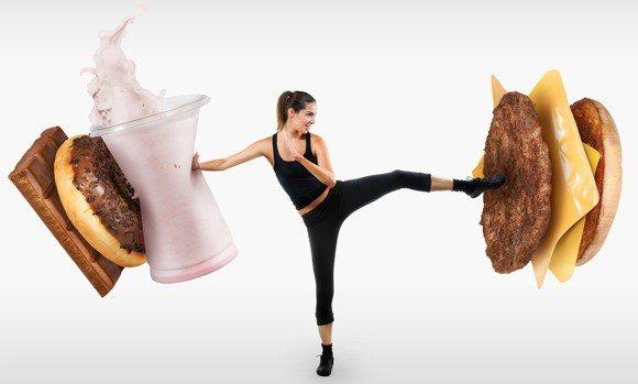 Colocar mujer luchando contra la comida rápida