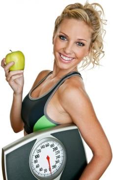 Colocar mujer sosteniendo una balanza y una manzana